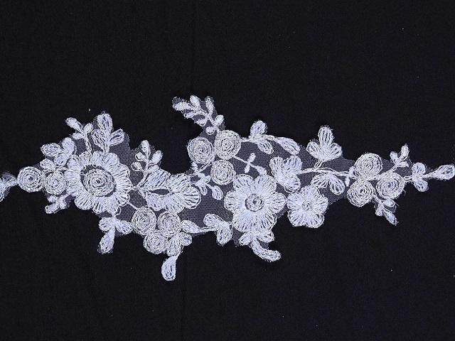 Çiçek desenleri seviyorsanız online kumaşçı sitemiz kumasim.com bünyesinde k1824 ürün kodu ile satılan bu aplike kumaş tam sizin aradığınız diyebiliriz.