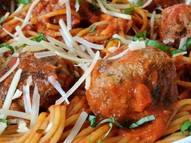 Köfteli spagetti nasıl yapılır? Köfteli spagetti tarifi ve köfteli spagetti yapımı için gerekli malzemeleri sayfamızda paylaştık.