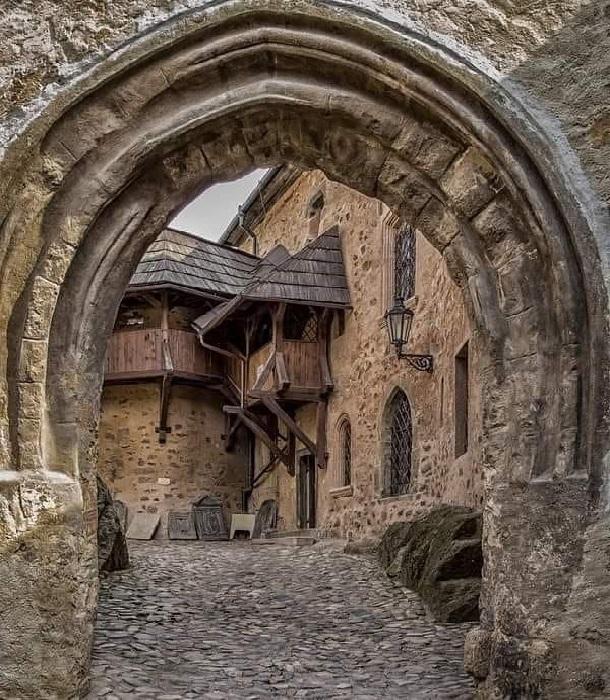 Yurtdışı turları ile Çekya seyahati yapıyorsanız büyük bir kaya üzerinde inşa edilen Loket kalesi Çek Cumhuriyeti'nde gezilmesi gereken yerler arasında önerilir